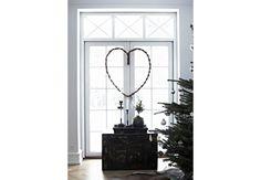 Christina Ravnholt bruger få og enkle virkemidler til at bringe julen frem i hjemmet.