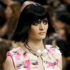 Les perles trompe-l'oeil de Chanel http://www.vogue.fr/joaillerie/tendance-des-podiums/diaporama/tendances-bijoux-fashion-week-printemps-ete-2014-chanel-valentino-alexander-mcqueen-ralph-lauren-dolce-gabbana-fendi-gucci-balmain-lanvin/15402/image/863404#!tendances-bijoux-fashion-week-printemps-ete-2014-chanel-perles