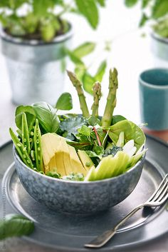 Healthy green salad bowl on a table with fork. Salad Bowls, I Foods, A Table, Spinach, Detox, Food Photography, Vegetables, Fork, Healthy