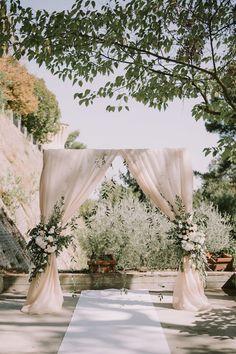 arco nuziale con drappi di stoffa e foliage