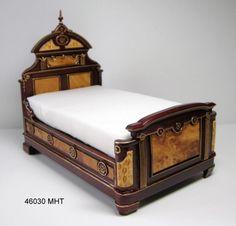 Cama gran  diseño Victoriano  escala 1/12 de madera  en dos tonos