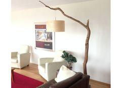La branche d'arbre comme lampadaire  Très épurée, cette branche a suspendu à sa pointe un abat-jour. Rusé, il fallait y penser ! A côté d'un canapé ou d'un lit, ce lampadaire original jettera son dévolu sur la pièce.