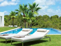 Garden chairs and relax, ideas to enjoy the good weather. Indoor Outdoor, Outdoor Living, Outdoor Decor, Outdoor Ideas, Pool Furniture, Outdoor Furniture, Beverly Hotel, Corian Colors, Garden Loungers