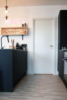 "Nyt AUBO køkken hos TV 2 Nybyggernes hold rød ""Bolette & Jimmi"". #Nybyggerne Lockers, Locker Storage, Cabinet, Cool Stuff, Interior, House, Furniture, Ideas, Home Decor"