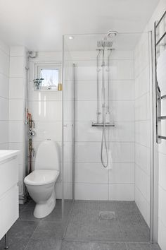 Fantastiskt minihus till salu – panoramafönster & studiokänsla - My home House Bathroom, Remodel, Stylish Bathroom, Shower Room, Bathroom Interior, Modern Bathroom, Simple Bathroom, Bathroom Design Small, Bathroom Shower Design