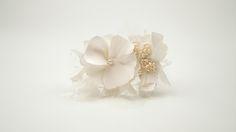 BARI: Peineta con flores bordadas a mano y perlas japonesas.