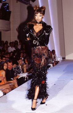 Tyra Banks Thierry Mugler Haute Couture Fall/Winter 1993 crfashionbook Runway Fashion CR looks back at the super's best catwalk moments in honor of her birthday Punk Fashion, Grunge Fashion, Fashion Models, Fashion Show, Fashion Design, Celebrities Fashion, Street Fashion, Runway Fashion Outfits, High Fashion