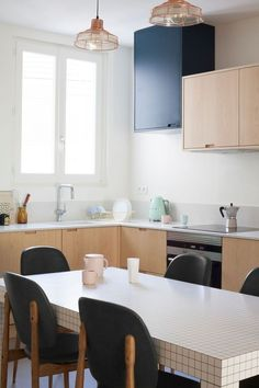 La cuisine en bois accentue les perspectives dans cet appart.
