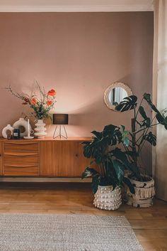 Das Wohnzimmer von Fraeulein_Herz hat mit einem Sideboard, natürlichen Farben und Deko an Gemütlichkeit gewonnen. Couch Magazin, Home And Living, Living Room, Shabby, Boho Stil, Vintage Stil, Interior Decorating, Cabinet, Bedroom