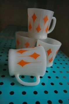 Vintage Milk Glass Coffee Cups by Fire King, Love this orange pattern! Vintage Kitchenware, Vintage Dishes, Vintage Glassware, Vintage Pyrex, Vintage Bowls, Vintage Love, Vintage Decor, Vintage Antiques, Vintage Items