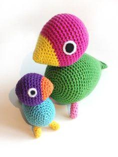 To hæklede fugle. Learn To Crochet, Crochet For Kids, Diy Crochet, Crochet Dolls, Crochet Baby, Crochet Birds, Crochet Animals, Amigurumi Patterns, Crochet Patterns