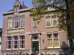 Heilige Geest-Huis Rotterdam  Uit de Middeleeuwen stammende organisatie voor armenzorg. Het Rotterdamse Heilige Geest-Huis is opgericht tussen 1410 en 1430 en daarmee één van de oudste liefdadigheidsorganisaties van Nederland. Het Rotterdamse Heilige Geest-Huis was bedoeld voor dertien mannen 'op leeftijd'.Het pand aan de Gerard Scholtenstraat nummer 129 huisvest momenteel Dona Daria, Centrum voor Vrouwen en Emancipatie.
