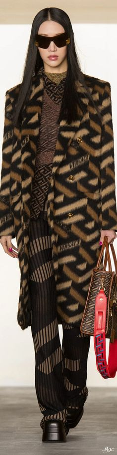 Fall 2021 RTW Versace Donatella Versace, Gianni Versace, Versace Fashion, Versus Versace, Italian Fashion Designers, Fashion Today, International Fashion, Beige, Catwalk