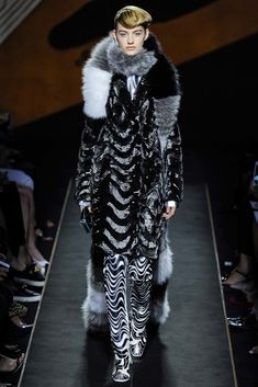 View all the catwalk photos of the Fendi haute couture fall 2015 showing at Paris fashion week. Fashion Shows 2015, Fashion Line, Fur Fashion, Fashion Week, Runway Fashion, Royal Fashion, Fashion Clothes, Fashion Accessories, Couture Outfits