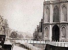 Ongedempte Nieuwezijds Voorburgwal met ingang Nieuwe Kerk.