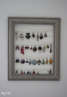 Un ancien cadre photo, de la peinture, des dentelles et de la patience... Voici un joli porte boucles d'oreilles... Pratique et décoratif !