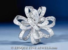 """VAN CLEEF & ARPELS  Un arte Deco impresionante diamante """"flot rubans de 'broche arco,  diseñado como un arco calado de baguette entrelazados y circular de corte de diamante cintas, montado en platino.  París, alrededor del año 1937."""