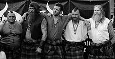 """Nazwę zespołu Saor Patrol - (Seor z językaGaelic - 'Saorsa' -  """"wolność""""), można by przetłumaczyć jako Żołnierze Wolności.  Zespół gra, jak sami to określają - Scottish Medieval Rock - jest to połączenie rytmicznego, ciężkiego bębna z wygrywającymi dawne"""