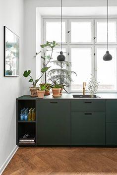 Craftsman Home Interior minimal kitchen Interior Simple, Home Interior, Kitchen Interior, Interior Design, Wood Floor Kitchen, Wood Kitchen Cabinets, Kitchen Flooring, Modern Cabinets, Dark Cabinets