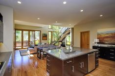 Este proyecto residencial definido por Tobylongdesing y Cipriani Studios Design en Burlingame, California. Los azulejos de revestimiento ...