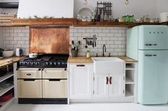 Farmhouse Kitchen Decor Ideas: Great Home Improvement Tips You Should Know! You need to have some knowledge of what to look for and expect from a home improvement job. Brick Studio, Kitchen Dining, Kitchen Decor, Kitchen Ideas, Green Kitchen, Interior Design And Construction, Deco Retro, Cuisines Design, Küchen Design