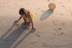Солнечный мячик закат семейная фотосессия мама и дочь море песок пляж фотосъемка на закате тени девочка на пляже