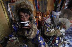 Die Zeremonien sind für die Schamanen erschöpfend. Gankhuyag (links) trinkt eine Schale Milch, nachdem er aus seiner Trance erwacht ist; sein Bruder ist noch von den Geistern besessen.