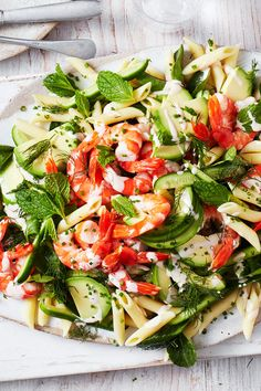Prawn Pasta Salad - This easy, prawn salad is perfect on your Christmas table. Fish Recipes, Seafood Recipes, Dinner Recipes, Cooking Recipes, Healthy Recipes, Veggie Recipes, Healthy Meals, Prawn Pasta, Prawn Salad