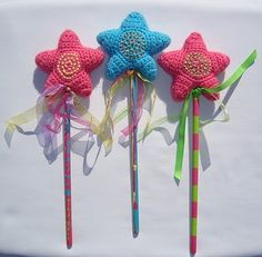 Lots of creativity this week at the Tangled Happy household. Remember my Tangled Happy Star ? They have become Tangled Happy Wand. Crochet Stars, Love Crochet, Crochet Gifts, Crochet For Kids, Crochet Flowers, Knit Crochet, Pinterest Crochet, Crochet Fairy, Fairy Wands