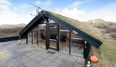 Chalet bois contemporain avec toiture végétalisée au Danemark, Une-Tiny-house-par-Tiny-Sod-Roofed #construiretendance