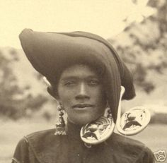 Here are a few historical photographs - from my digital archives, showing how the Karo Batak women of North Sumatra wore their Padung-Padung ear-we… Vintage Pictures, Old Pictures, Vietnam, Indonesian Art, Dutch East Indies, Cultural Appropriation, Borneo, Photo Archive, Ethnic Jewelry