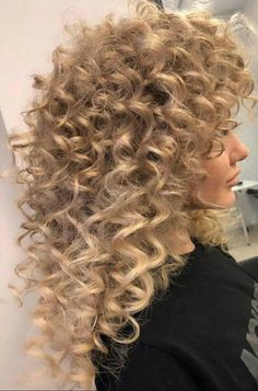 91 Outstanding Perm Hair That Has Revived From Light Blonde Hair, Blonde Curly Hair, Spiral Perm Long Hair, Blonde Haare Make-up, Medium Hair Styles, Curly Hair Styles, Bouffant Hair, Bridal Hair Updo, Permed Hairstyles