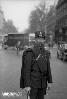 L'agent de police barbu Leclerc qui officiait à la porte Saint-Denis. Paris, vers 1925.
