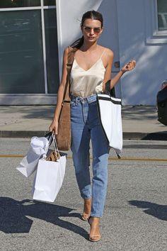 El satín es el material que está dando la vuelta a todas las calles este otoño. ¡Atrévete a combinarlo en un slip dress con una blusa blanca debajo, o solo con un pantalón para un look casual!