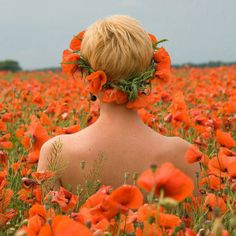Boho short hair with poppy flower crown Toni Kami ⊱✿Flowers in her hair✿⊰ Poppy field pretty photography Orange Poppy, Green And Orange, Orange Color, Orange Crush, Orange Flowers, Flowers In Hair, Wild Flowers, Meadow Flowers, Fuerza Natural