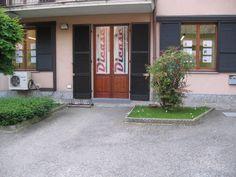 Veduta dell'ingresso dell'agenzia immobiliare Dicase. Il luogo gradevole e tranquillo è raggiungibile facilmente dalle principali arterie di comunicazione stradale e dotato di parcheggio. Immobiliare Dicase Piazza Martiri Della Libertà 3, 27036 Mortara (Pavia) Tel. 0384 296 698 #immobiliaredicase