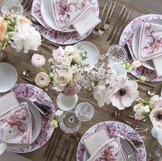 Lovely, feminine tablescape by Casa de Perrin Pop Up Dinner, Entertainment Table, Beautiful Table Settings, Party Tableware, Decoration Table, Place Settings, Table Linens, Event Decor, Tablescapes