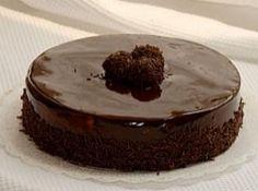 Receita de Bolo de café e chocolate - Bolo: Bata as claras em neve e reserve. Bata as gemas, o açúcar e a margarina até formar um creme, junte a farinha de trigo e a maizena e...