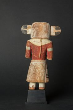 Tuskiapaya Katsina? Kachina au hochet (Crazy Rattle)  Bois sculpté (cottonwood) et pigments naturels Circa 1920  Hauteur : 24.5 cm