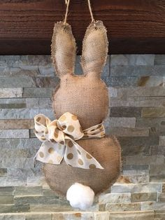 DIY Easter Bunny Door Hanger Tutorial DIY the easy bunny made with cotton Pot Mason Diy, Mason Jar Crafts, Spring Crafts, Holiday Crafts, Diy Y Manualidades, Diy Hanging Shelves, Diy Easter Decorations, Easter Wreaths Diy, Wine Bottle Crafts