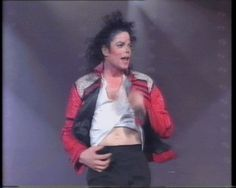 MICHAEL JACKSON ♥ DANGEROUS TOUR ◆ ◇ ◆ Love your sexy belly button MJ! .... gimme moreee !