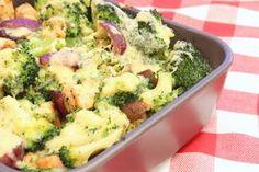 Ik blijf het toch ideaal vinden die ovenschotels! Je kunt ze goed voorbereiden (vaak al de dag van tevoren) en terwijl ze in de oven staan kun je gelijk alle rommel opruimen. Als je dan gegeten hebt hoef je alleen de vaatwasser nog maar in te ruimen en klaar is Kees. De combinatie van broccoli en …