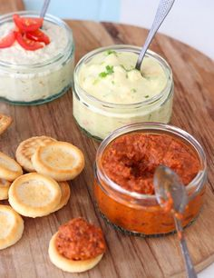 Recept voor 3 heerlijke smeersels die in 15 minuten klaar zijn. Met cocktailgarnalen en kerrie, ricotta en pesto en geroosterde paprika en olijven.