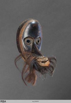 Maske  Dan & Liberia & Westafrika  1901/2000  MaskeAngewandte Kunst  Holz Metall Haar  Höhe: 33 cm  Köln, Rautenstrauch-Joest-Museum rba_d018676.jpg (833×1200)