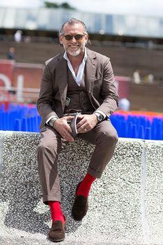 アレッサンドロ・スクアルツィのブラウンコーデ スリーピーススーツ×コインローファー   メンズファッションスナップ フリーク   着こなしNo:114401