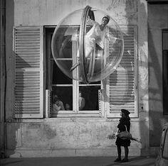 » The Bubble collection: Mujer flotando en una burbuja sobre parís en 1963