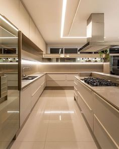 Kitchen, super wide, clean and beautiful! Project authorship: BM Arquitetura e Design . Modern Kitchen Interiors, Luxury Kitchen Design, Kitchen Room Design, Home Room Design, Dream Home Design, Kitchen Cabinet Design, Luxury Kitchens, Home Decor Kitchen, Modern House Design