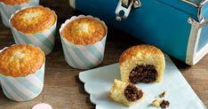 Jag har länge varit fascinerad av konceptet att baka in andra kakor i muffins, men inte testat förrän nu! Låt mig presentera: muffins med en surpris av chokladboll i mitten! Använd klassiska chokladbollar att baka in, eller de du själv föredrar. /MiaLäs mer om boken Chokladbollar hos Adlibris >> Muffins, Brownies, Cupcakes, Pudding, Treats, Breakfast, Desserts, Food, Cake Brownies