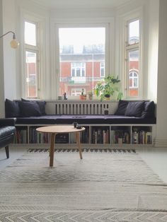 DIY soffa i våra karnap Diy Sofa, Small Guest Rooms, Living Dining Combo, Salons Cosy, Living Spaces, Living Room, Banquette, Home Interior Design, Room Inspiration