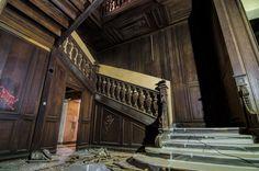 Chateau De Carnelle: Wooden Staircase